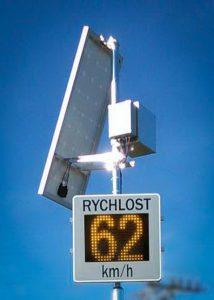 Namontovaný měřič rychlosti GR33L napájený ze sluneční energie
