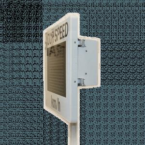 Měřič rychlosti osazený na sloupku a vyfocený z boku